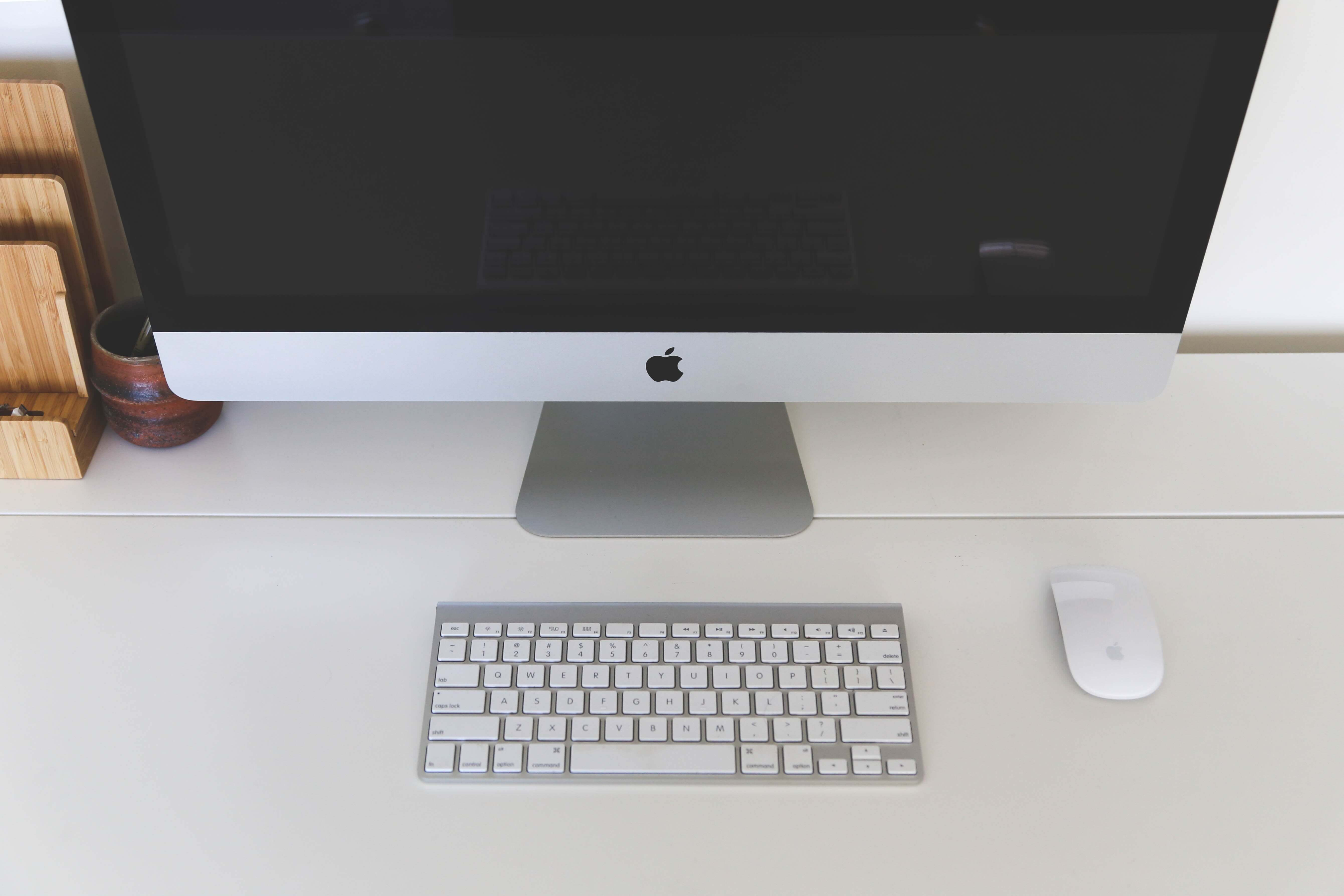 apple-computer-desk-7057.jpg